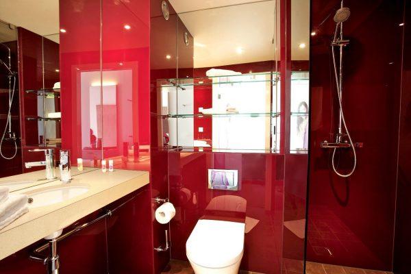 smart und familienzimmer 02-rotes-badezimmer mit regenschauer dusche